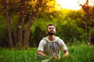 Mann entspannt auf Wiese_450x300